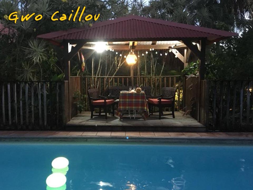 Gwo Caillou - Piscine éclairée le soir